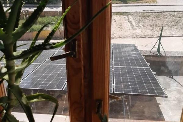 Підприємець самовільно встановила сонячні батареї перед вікнами тернополян (Фото)