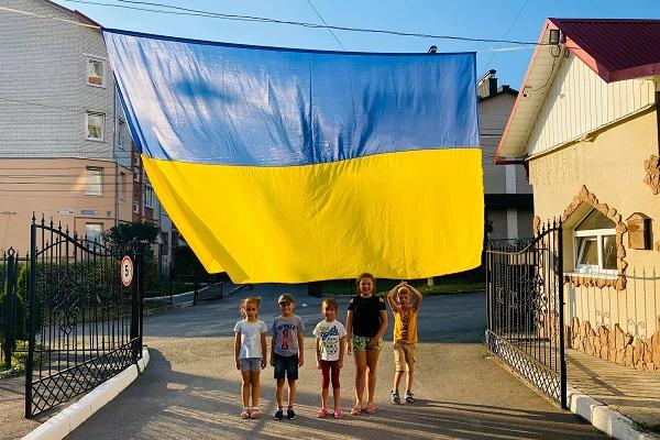 Найдружніший двір Тернополя зустрічає день прапора України з найбільшим прапором серед ОСББ міста