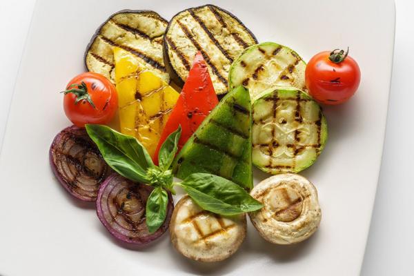 Рецепт гарніру до шашлика з цибулі та помідорів