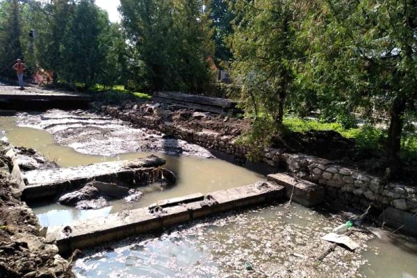 У парку Тернополя реконструюють очисний колектор