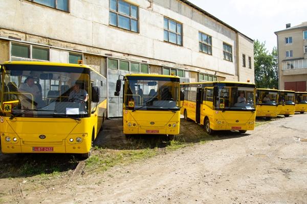 Навчальним закладам Тернопільщини передали шкільні автобуси
