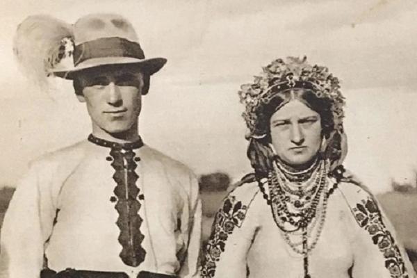 Молодята із села Шутроминці на столітньому фото