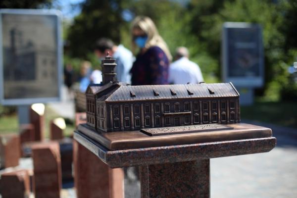 У Тернополі відкрили бронзовий макет міської Ратуші
