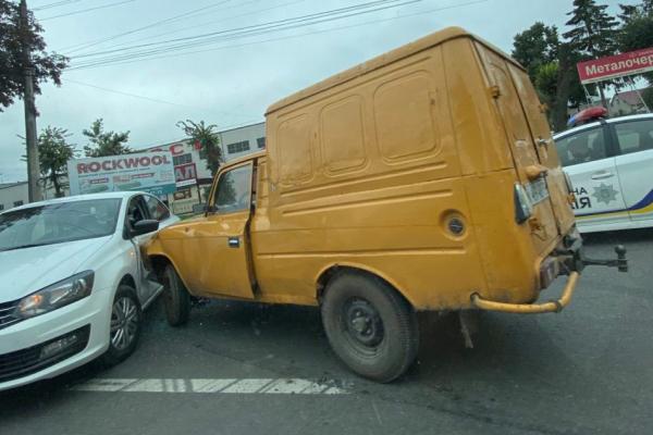 Через аварію на вулиці Микулинецькій утворився довжелезний затор (Фото)