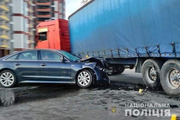 У Тернополі ДТП: не розминулася вантажівка та легковий автомобіль