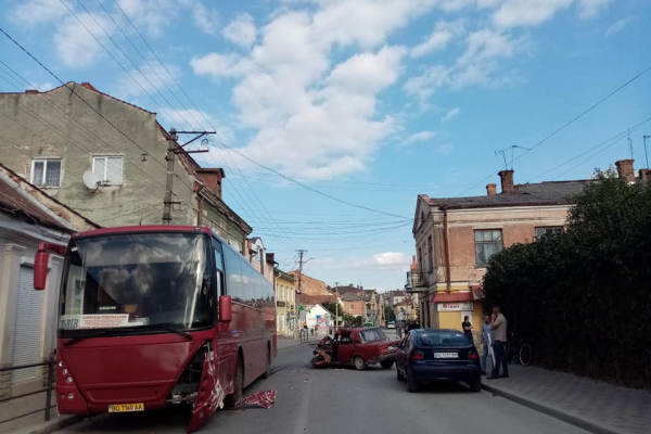 У Бережанах зіткнулися «Жигулі» та рейсовий автобус (Фото)