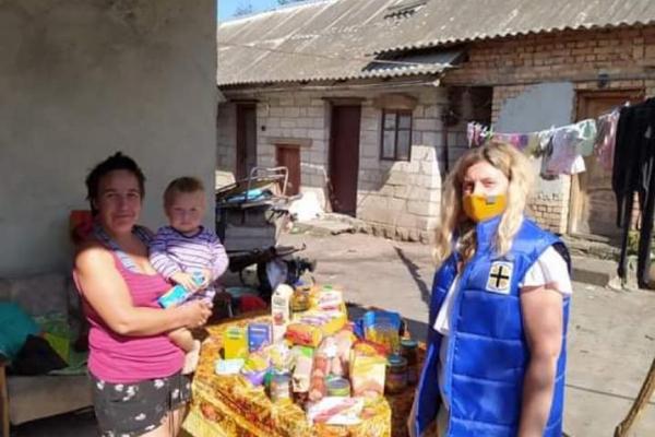 20 наборів з їжею та засобами індивідуального захисту роздали малозабепеченим сім'ям Тернополя працівники «Карітасу»