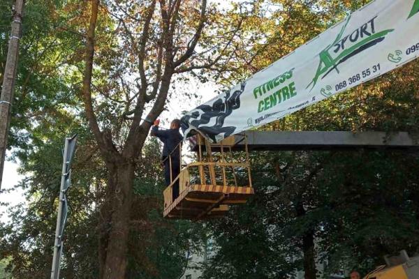 У Тернополі демонтували незаконно встановлену рекламну конструкцію