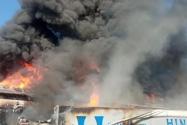 На Тернопільщині пожежа: горять складські приміщення (Фото)