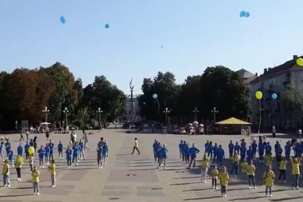 «Наймасовіший танець в умовах карантину»: у Тернополі встановили ще один рекорд