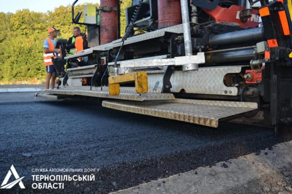 Дорожники Тернопільщини влаштовують другий шар асфальтобетону на трасі М-19