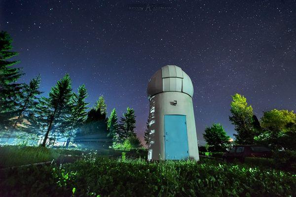 Астрофотограф фотографує вночі жінок на тлі Молочного шляху