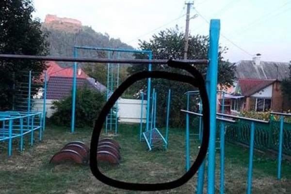 На Тернопільщині металева конструкція спортивного майданчика впала на дітей