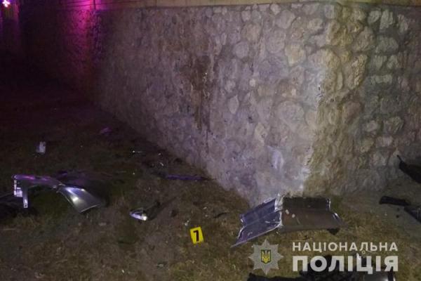 Смертельна ДТП: на Тернопільщині кермувальник врізався у кам'яну огорожу