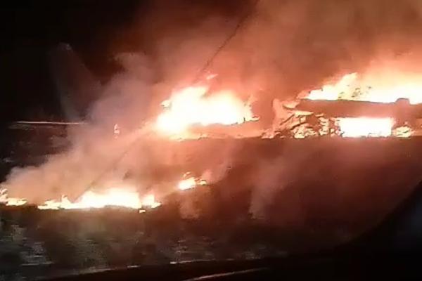 Під Харковом розбився літак: рятувальники намагаються погасити пожежу