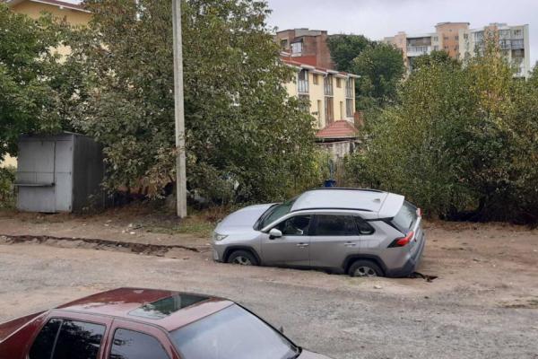 У Тернополі дві автівки провалились під асфальт (Відео)