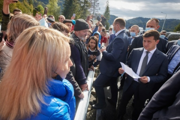 Зеленський перевірив, як ліквідовують наслідки паводків на Буковині