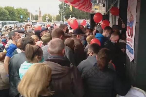 Забули про карантинні обмеження: на Тернопільщині люди ринулися на відкриття магазину