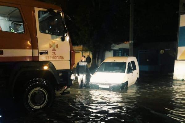 Рятувальники відкачують воду із вулиць Тернополя