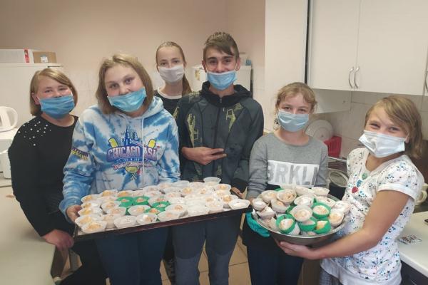 У «Картасі» діти пекли солодощі для малозабезпечених стареньких тернополян