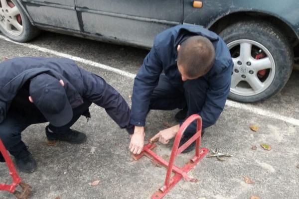 У Тернополі демонтували незаконно встановлені паркувальні бар'єри