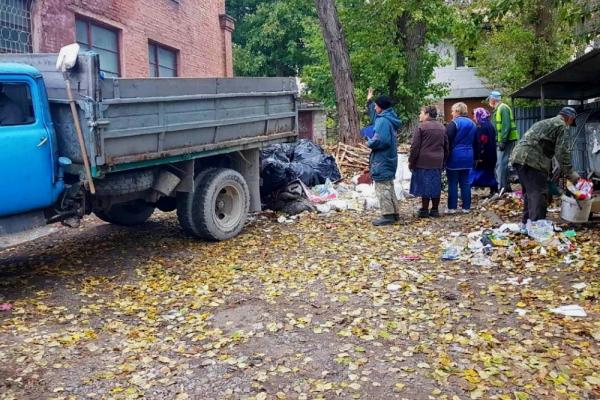 У Тернополі люди створили стихійне сміттєзвалище