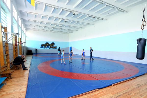 В одній зі шкіл Тернополя оновили спортивний комплекс для тренувань з вільної боротьби