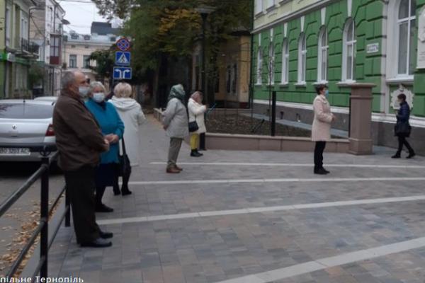 На виборчій дільниці в Тернополі люди займали чергу за 30 хвилин до відкриття