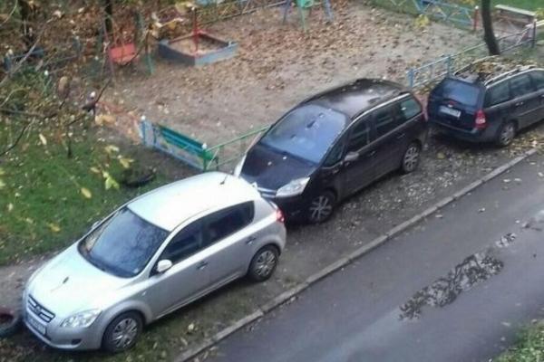 У Тернополі в дворі газон перетворили на стоянку