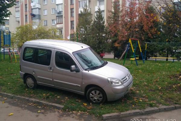 Припаркував авто на дитячому майданчику: у Тернополя знайшли «горе кермувальника»