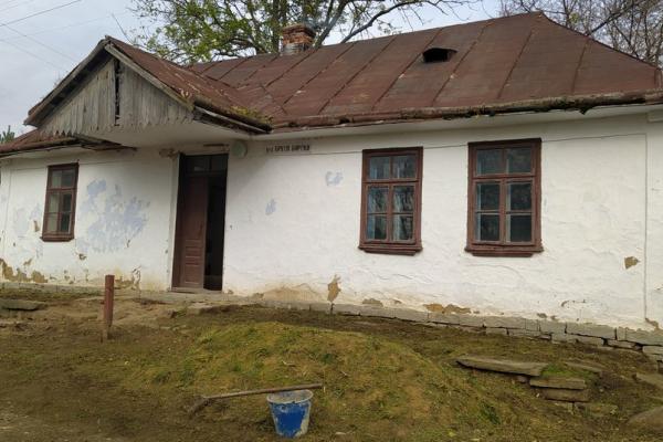 За власні кошти: на Тернопільщині бібліотекарі відновлюють родинну оселю Бойчуків