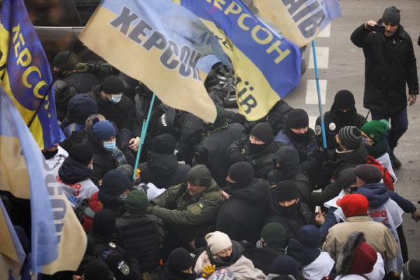 Під Радою протестують підприємці: вже трапились перші сутички