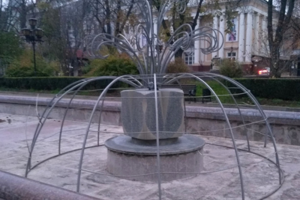 У центрі Тернополя розпочали встановлювати новорічну ілюмінацію