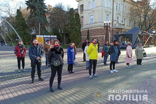 Зав'язали рот бордовою стрічкою: у Тернополі відбулася акція «Мовчу про насильство»
