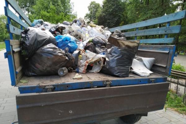 Сучасні Бережани: власник трактора причепом вивозить сміття у поля
