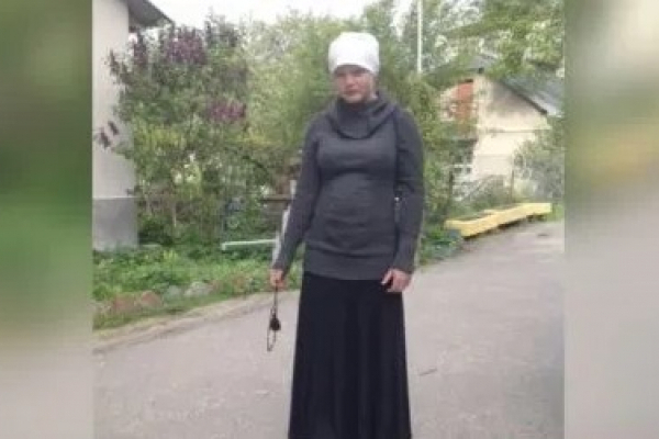 Дівчинка-мауглі з Почаєва, яку релігійні фанатики виховали в лісі, опинилася у скруті