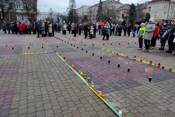 Хрест з свічок виклали на Театральному Майдані Тернополя на знак пам'яті про жертв Голодоморів