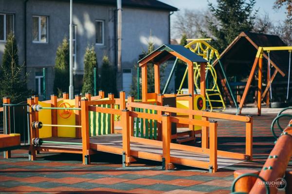 «Подаруй світло»:  у Тернополі облаштували  інклюзивний  дитячий майданчик