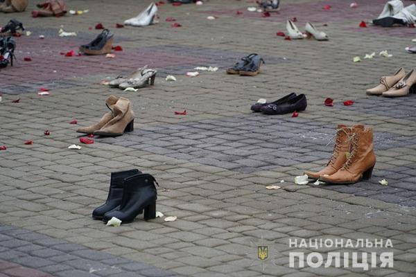 Символічний протест проти насилля: у Тернополі створили інсталяцію із 600 пар жіночого взуття