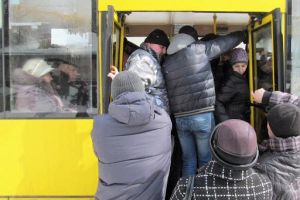 «Шофер з маскою на бороді, повний автобус людей», - жителька Бучача «розгромила» противників карантину