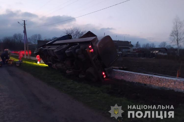 Смертельна ДТП: на Тернопільщині вантажівка врізалася у залізобетонну огорожу