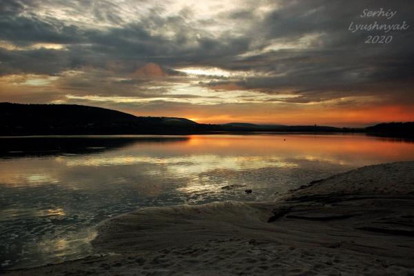 Захід сонця над бережанським озером показав у соцмережі житель міста