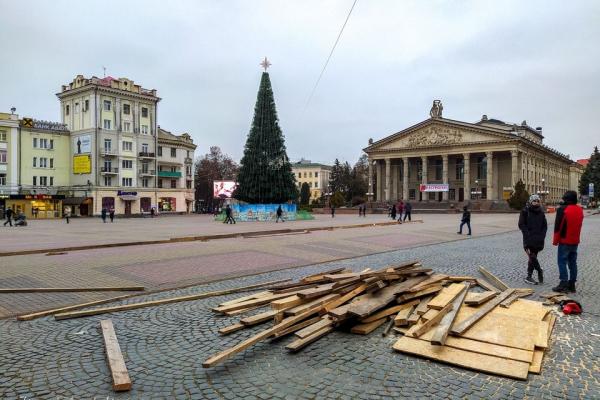 У центрі Тернополя розпочали встановлювати ковзанку