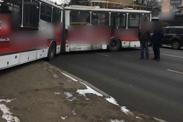 У Тернополі ДТП: тролейбус викинуло на обочину