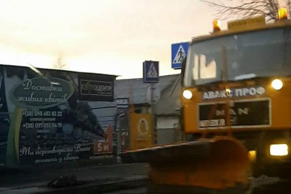 Вулиці та дороги Тернополя впродовж ночі очищали 14 одиниць снігоочисної техніки