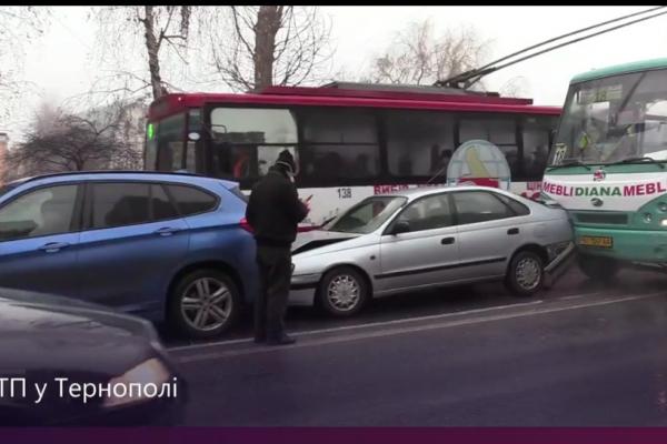 У Тернополі ДТП: зіткнулися два авто та маршрутка
