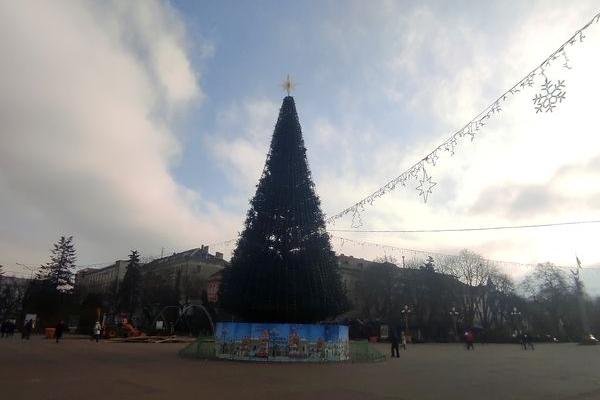 На Театральному Майдані Тернополя облаштовують ковзанку, ілюмінацію і встановлюють атракціони