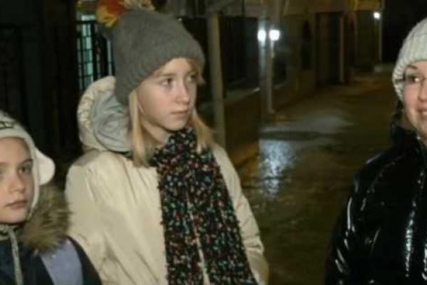 Дівчинка, яка падала на Андріївському узвозі 40 разів, стала героїнею світових ЗМІ, а її мама плакала