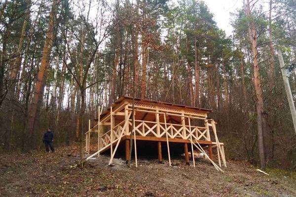 В оновленому шумському парку «Соснина» встановлюють альтанку і торгові кіоски