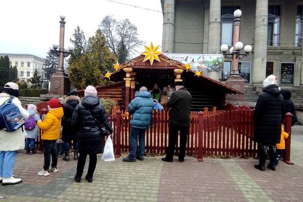 На Театральному Майдані Тернополі встановили Різдвяну шопку
